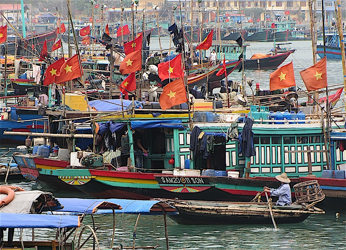 Pix fishbouats with Vietnamese flag