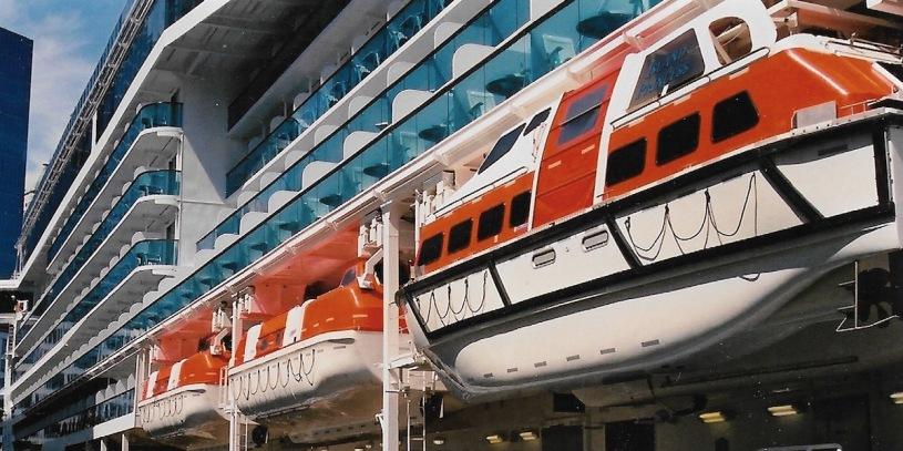 Pix enclosed davit lifeboat